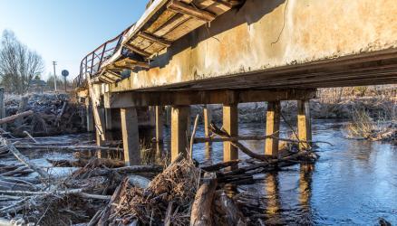 В деревне Великуши автомобильный мост до сих пор находится в аварийном состоянии