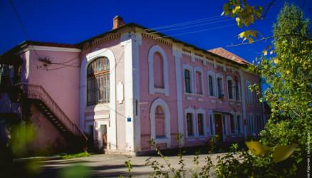 Министерство культуры РФ поддержит проект реконструкции купеческого клуба в Окуловке
